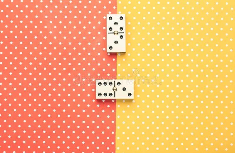Morceaux de domino à un arrière-plan de couleur image libre de droits