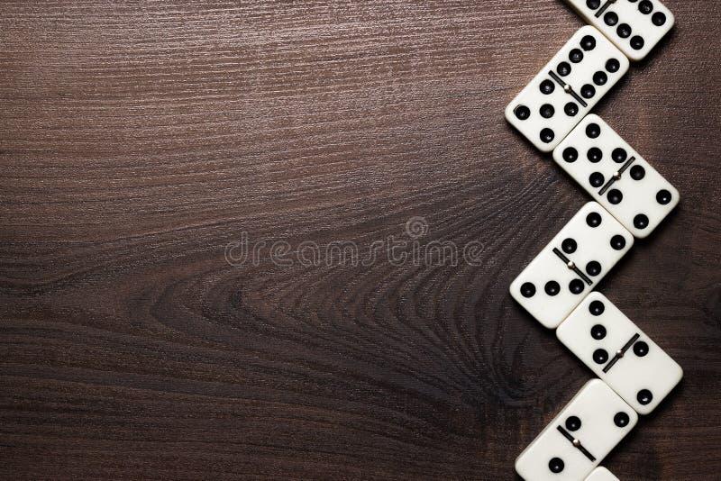 Morceaux de domino formant le zigzag au-dessus de la table en bois photo libre de droits
