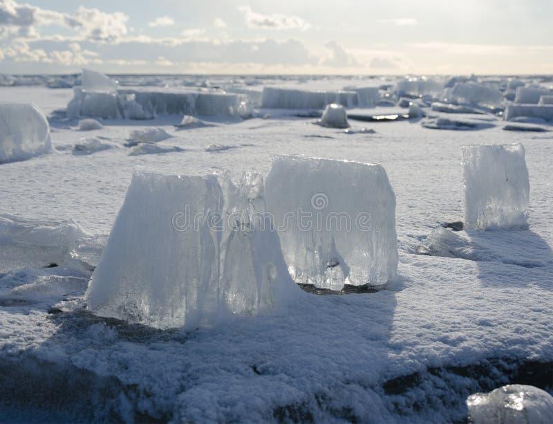 Morceaux de fonte de glace épaisse sur la mer congelée photos stock