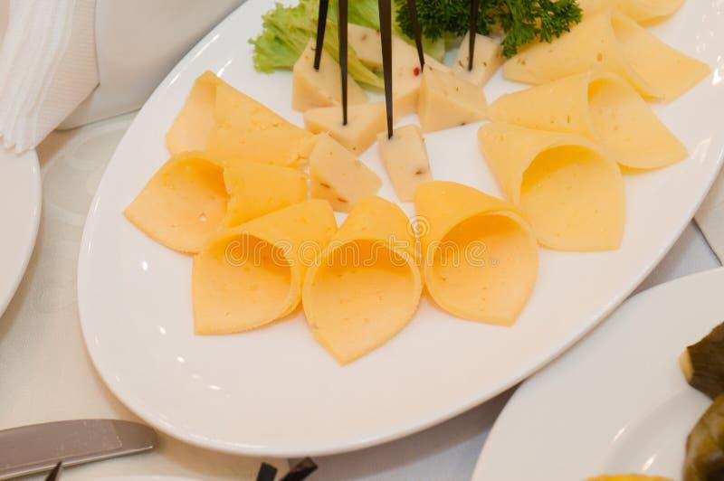 Morceaux de fromage à pâte dure d'un plat Nourriture délicieuse de fête pour Pâques photographie stock