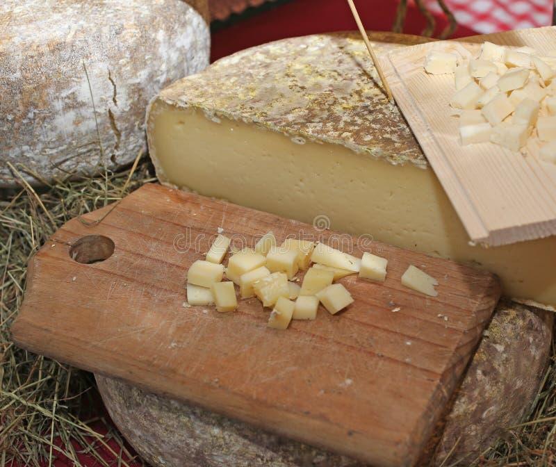 Morceaux de fromage chevronné sur le marché local images stock