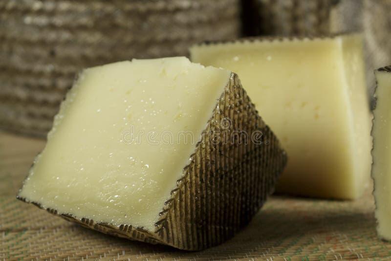 Morceaux de fromage de lait de moutons photos stock