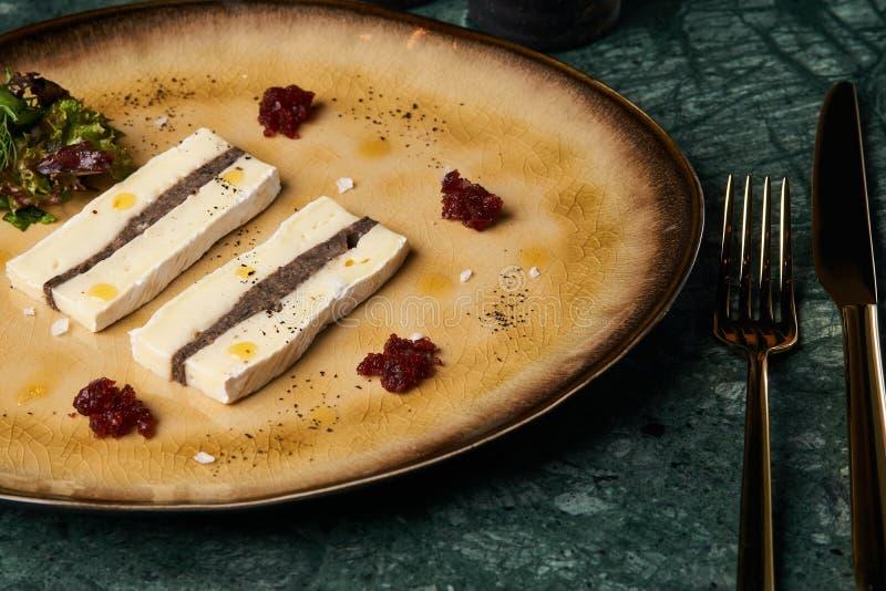 Morceaux de fromage de terrine avec une couche de pâté de viande images libres de droits