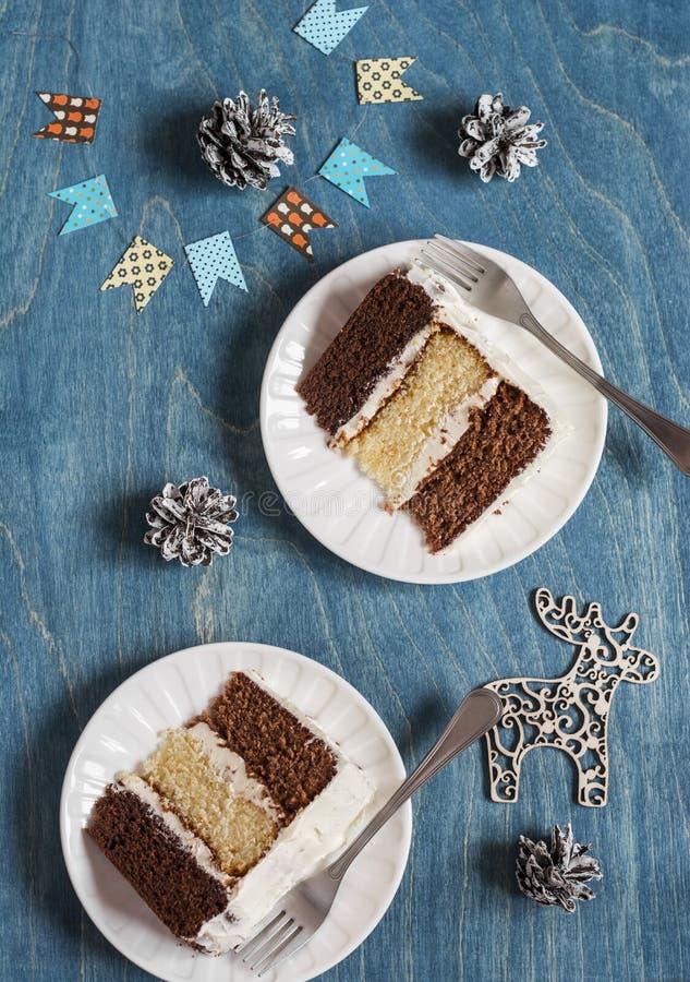 Morceaux de gâteau de chocolat triple sur le fond en bois image stock