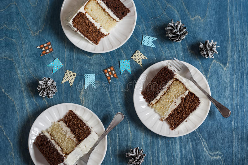 Morceaux de gâteau de chocolat triple sur le fond en bois photo stock