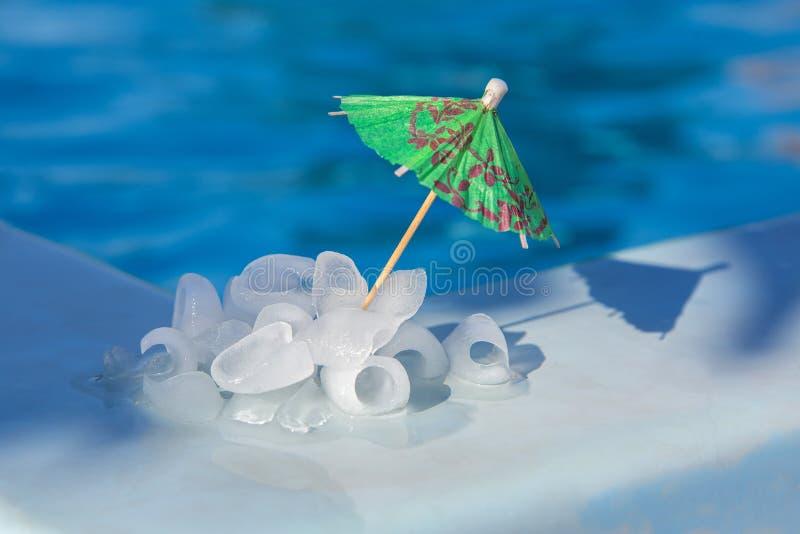 Morceaux de glace près de la piscine photo libre de droits