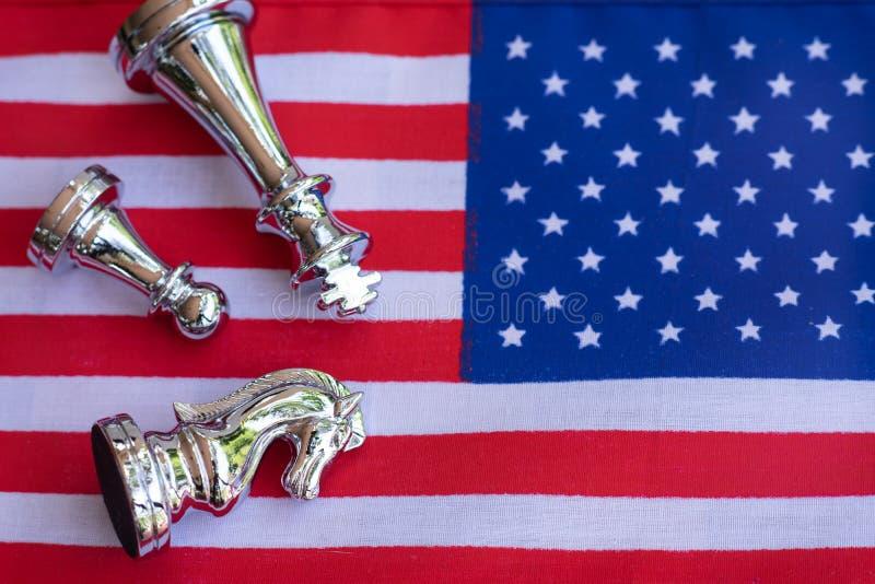 Morceaux de jeu de société d'échecs sur les Etats-Unis et le fond de drapeau de la Chine, concept de situation de tension de guer photographie stock libre de droits