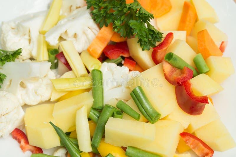 Morceaux de légume cru pour la soupe végétarienne image libre de droits