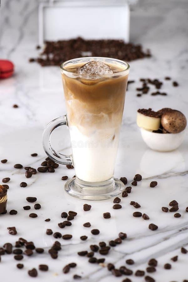 Morceaux de latte et de chocolat de glace photo stock
