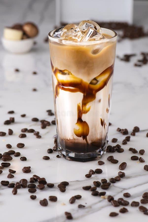 Morceaux de latte et de chocolat de glace photographie stock
