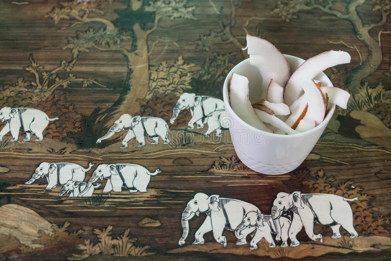 Morceaux de noix de coco dans la tasse photos libres de droits