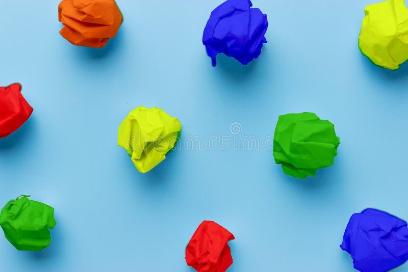 morceaux de papier chiffonnés colorés photographie stock libre de droits