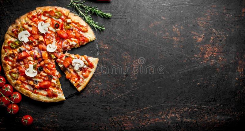 Morceaux de pizza mexicaine d?licieuse avec la cerise et le romarin images stock