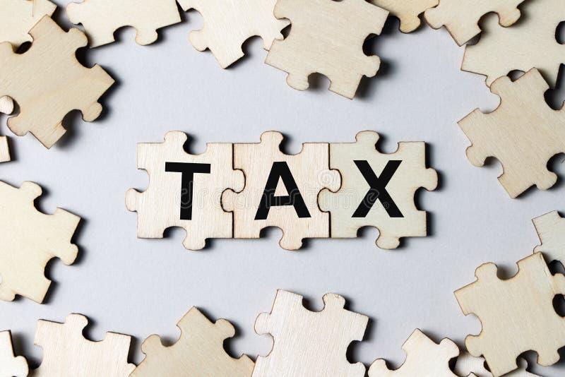 Morceaux de puzzle avec l'impôt de mot photo libre de droits