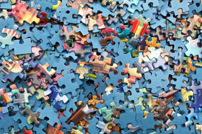 Morceaux de puzzle dans une boîte image libre de droits