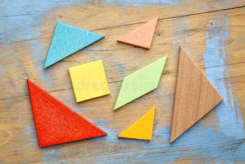 Morceaux de puzzle en bois de tangram photo stock