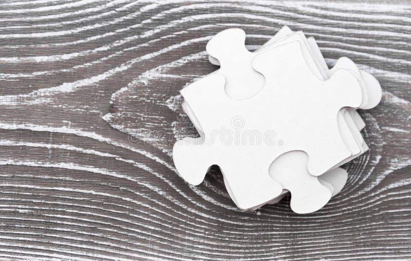 Morceaux de puzzle sur en bois photo stock