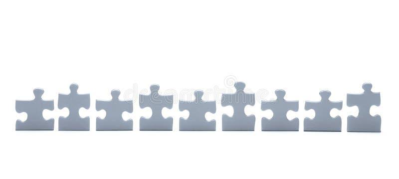 Morceaux de puzzles dans une rang?e d'isolement photo libre de droits