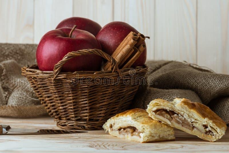Morceaux de tarte aux pommes faite maison et d'ingrédients organiques frais photographie stock libre de droits