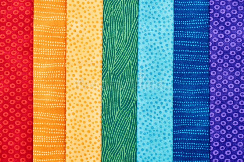 Morceaux de tissus piquants se trouvant sur l'un l'autre comme le rainb image stock