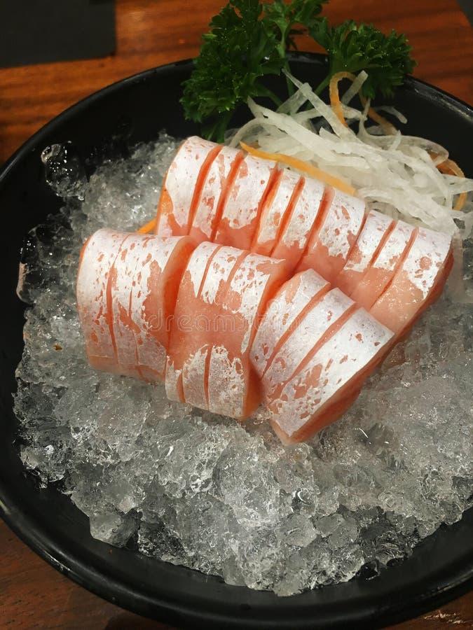 Morceaux de ventre saumoné cru, sashimi saumoné de toro, nourriture japonaise images stock