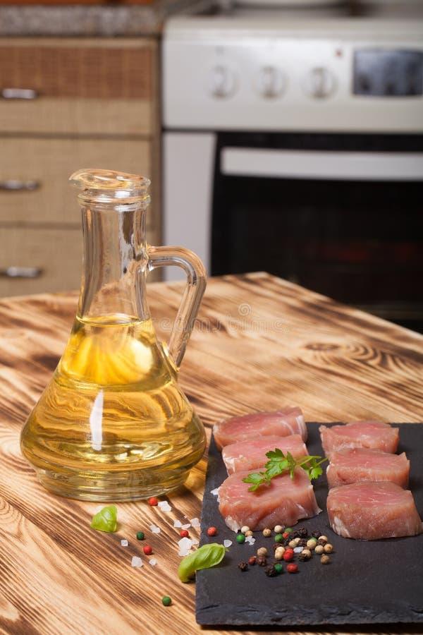 Morceaux de viande crue d'un plat des épices d'herbes d'ardoise et d'oi olive images libres de droits