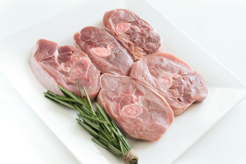 Morceaux de viande crue de dinde, bifteck coupé de jambe, morceaux dosés de barbecue Minimalisme, faisant cuire le concept image libre de droits