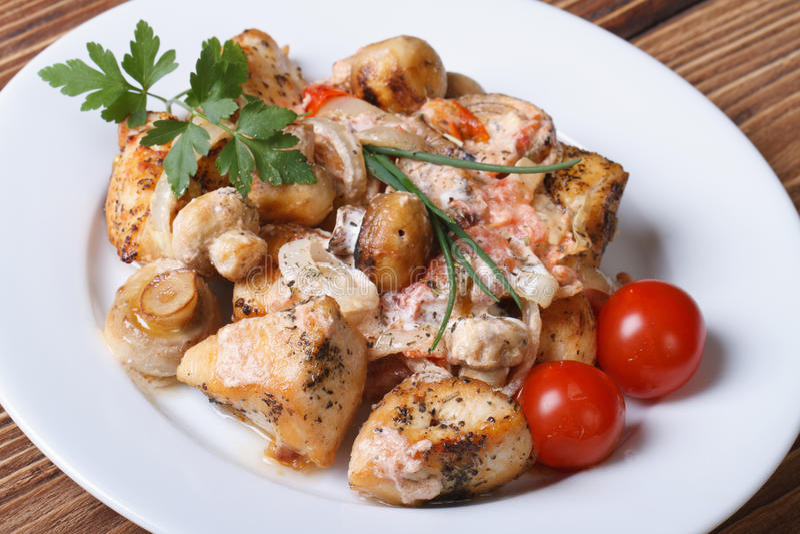Morceaux de viande de poulet avec la sauce aux champignons d'un plat blanc images stock