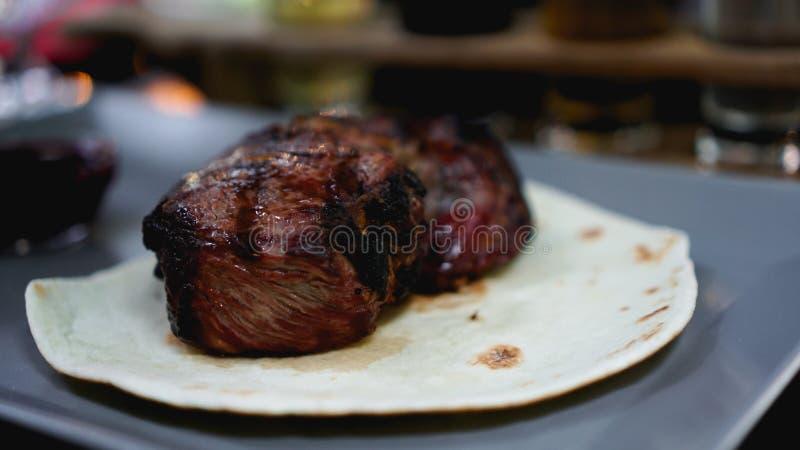 Morceaux de viande juteux bifteck sur le pain pita image libre de droits