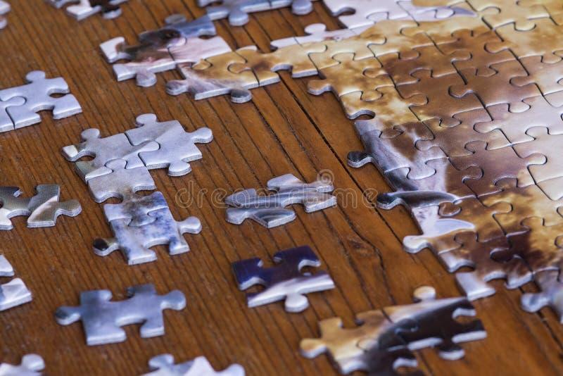 Morceaux dispersés de puzzle denteux photos stock
