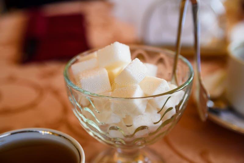 Morceaux du sucre blanc dans le vase images stock