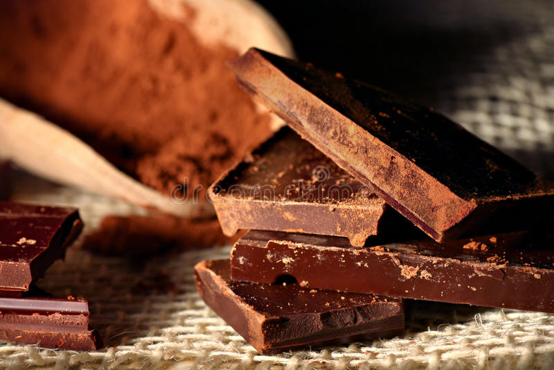 Morceaux foncés de chocolat photographie stock libre de droits