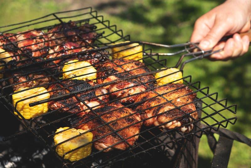 Morceaux grillés de poulet avec du maïs, pique-nique d'été photo stock