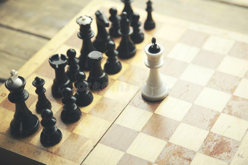 Morceaux tombés de roi entourés par les autres pièces d'échecs de couleur image libre de droits