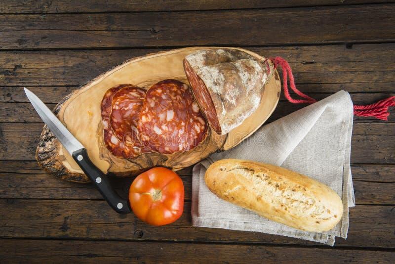 Morcon, una salsiccia spagnola con pane ed il pomodoro fotografia stock libera da diritti