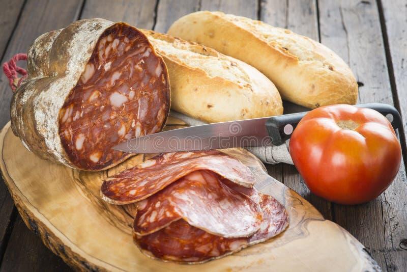 Morcon, una salsiccia spagnola con pane ed il pomodoro fotografia stock