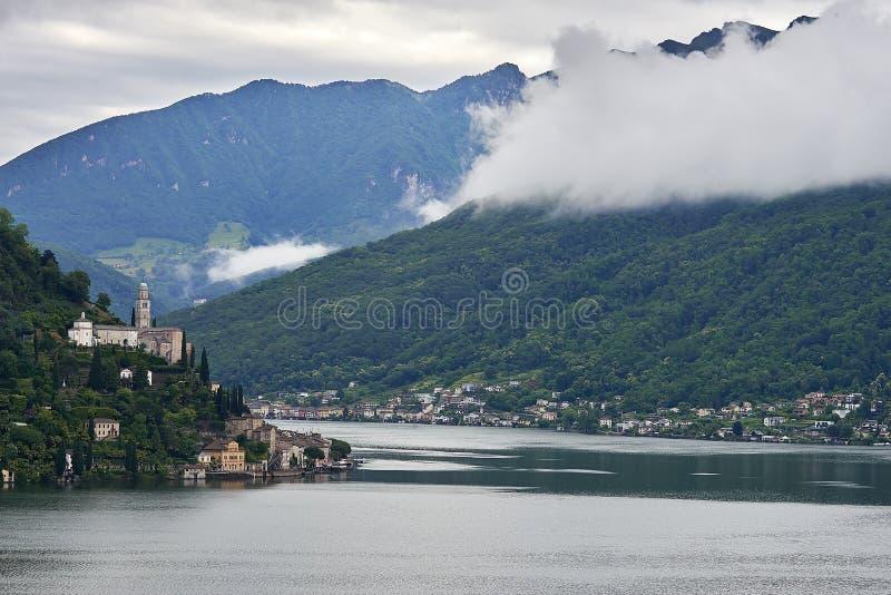 Morcote-Dorf mit der Kirche von Santa Maria del Sasso See Lugano lizenzfreie stockfotografie