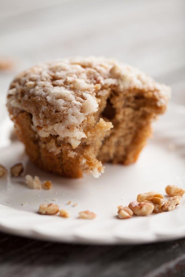Morda preso dal muffin della patata dolce della briciola della noce sulla tavola immagine stock libera da diritti