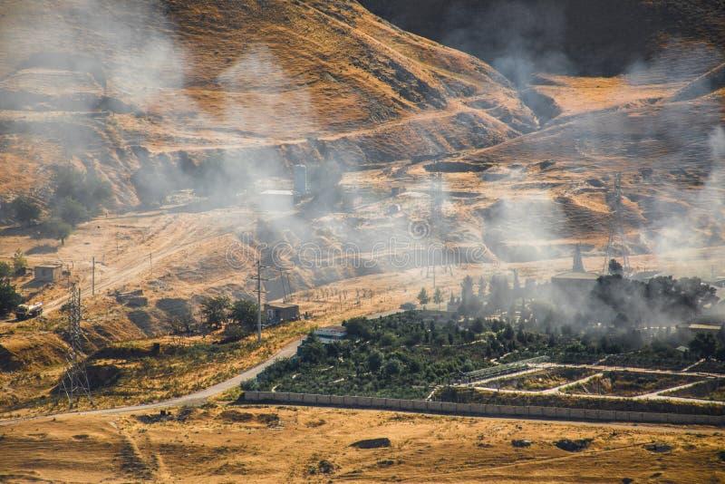 Mordbrand av det industriella lagret, stort rökmoln som fördelar med vind Massiv skada på det företagsbyggnad eller lagret som öv royaltyfri fotografi