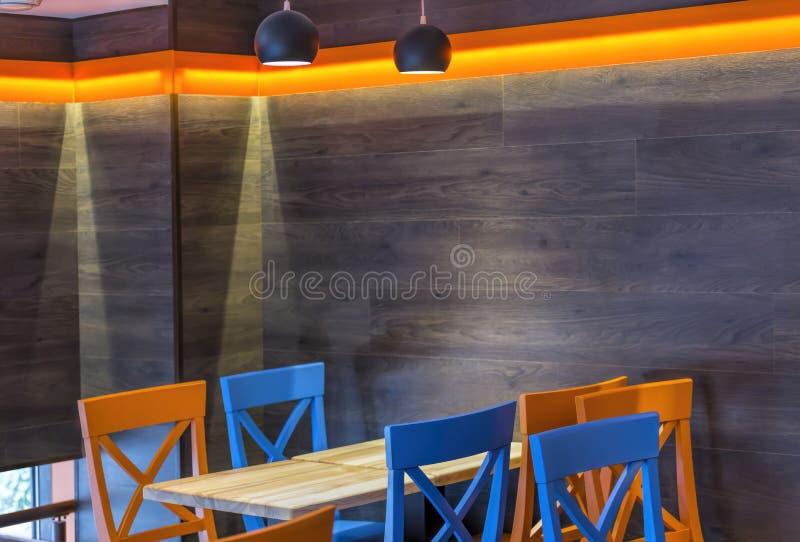 Morden kafé, inre som är modern, tabell, stång, stol, design, äta middag som är tomt, stolar, inomhus, royaltyfri foto