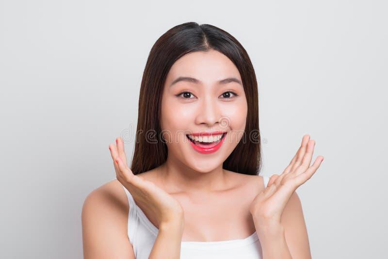 Mordente asiático e sorriso do toque da mão da menina atrativos Pele healthcar foto de stock royalty free