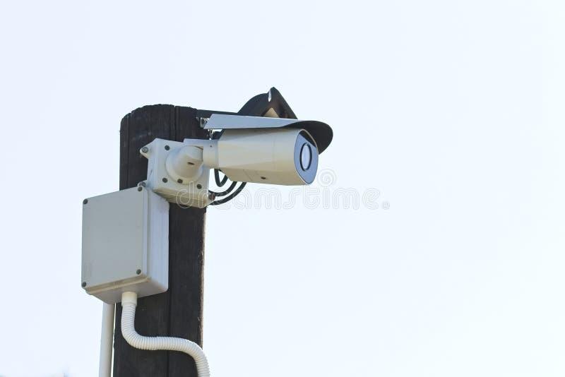 Mordern CCTV照相机在一个大厦之外的一根杆登上了监视目的 免版税库存图片