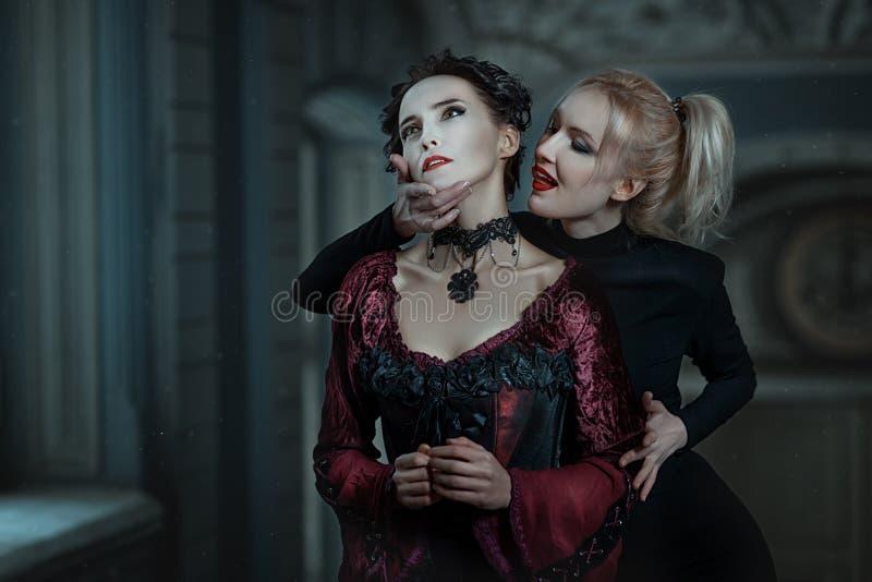Mordidas do vampiro da mulher imagens de stock