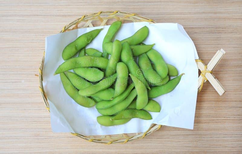 Mordiscos de Edamame, habas verdes hervidas de la soja, comida japonesa fotos de archivo
