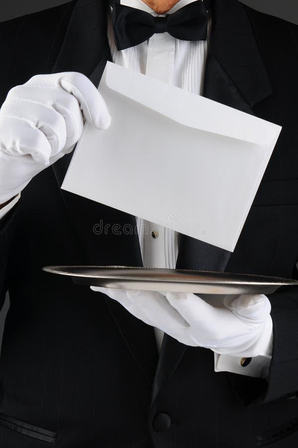 Mordomo com bandeja e letra imagem de stock
