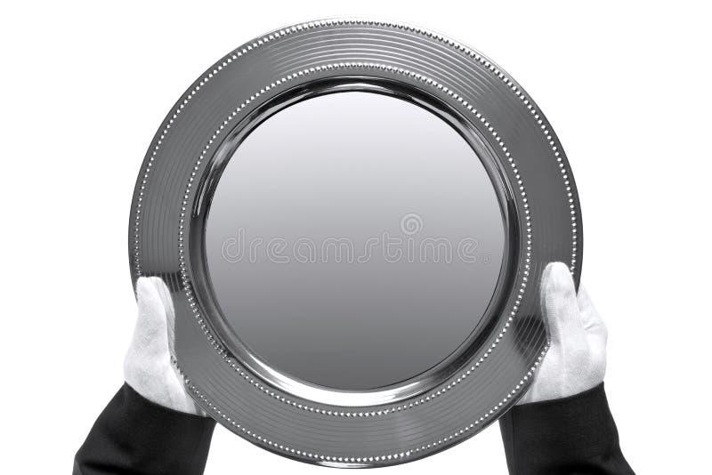 Mordomo que prende uma bandeja de prata fotografia de stock