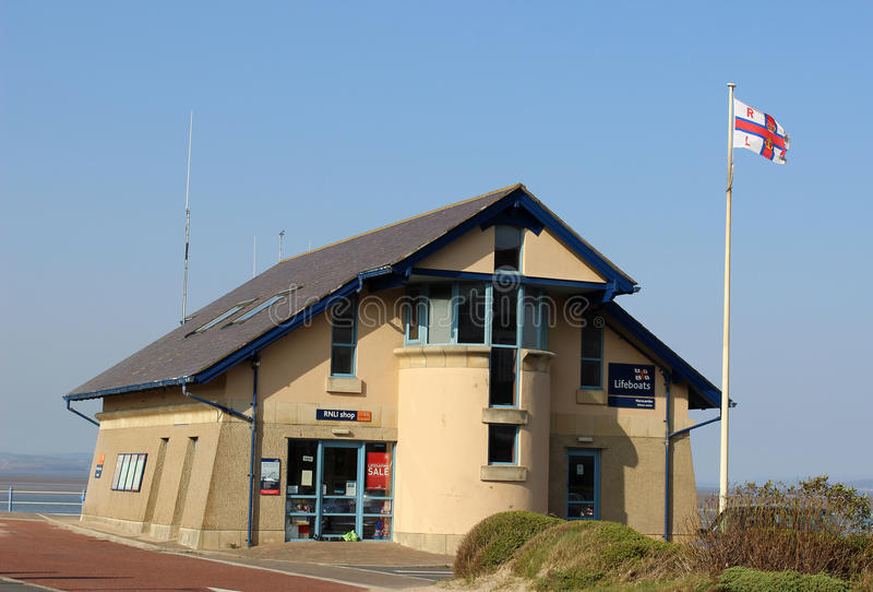 Morecambe-Rettungsbootstation und RNLI-Shop stockbild