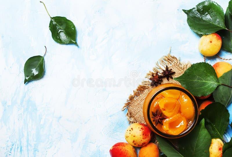 Morelowy dżem z anyż gwiazdami i świeżymi morelami z liśćmi, wierzchołek obrazy stock