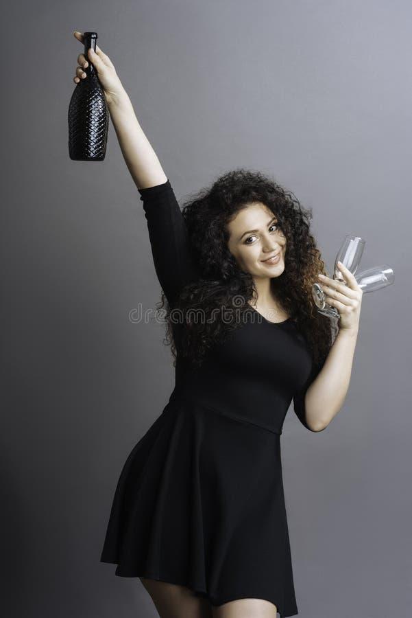 Morena alegre que mantém seu braço no ar imagem de stock
