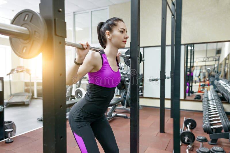 Morena atlética bonita nova da mulher que faz exercícios da aptidão no gym Aptidão, esporte, treinamento, pessoa, estilo de vida  imagem de stock royalty free